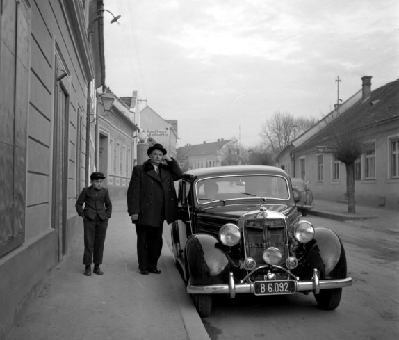 Rudolf Röhrich mit seinen Auto in der Herrengasse